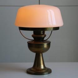 Lampfot i lättmetall har fått en gammal taklampas skärm i vit glas.