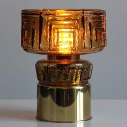Mindre bordslampa med gammal fot i lättmetal har fått en lampskärm i brunt glas.