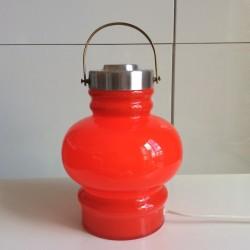 Röd lampa i glas med handtag i silverfärgad metall 750 kr