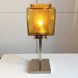 En modern lampfot har fått en ljusbrun glaskupa som förmodligen kommer från en utomhusbelysning från 70-talet. Inuti den sitter även en rund glasskärm.