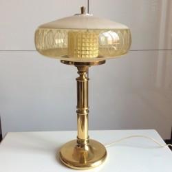 Äldre mässingsfot har fått två nya glaskärmar varav den yttersta kommer från en gammal taklampa.