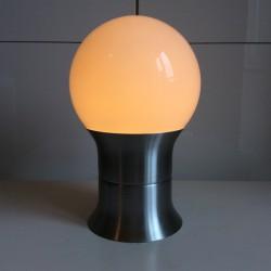 Bordslampa i lättmetall och vit glasglob